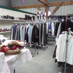 Vétements, habits de fête, chaussures  à la grande vente de Emmaüs – Bernes sur Oise